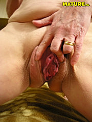 Mature slut gets a wet facial