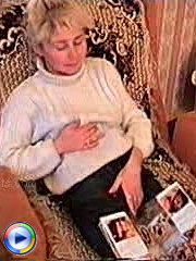 Older mommy dildoing her pussy